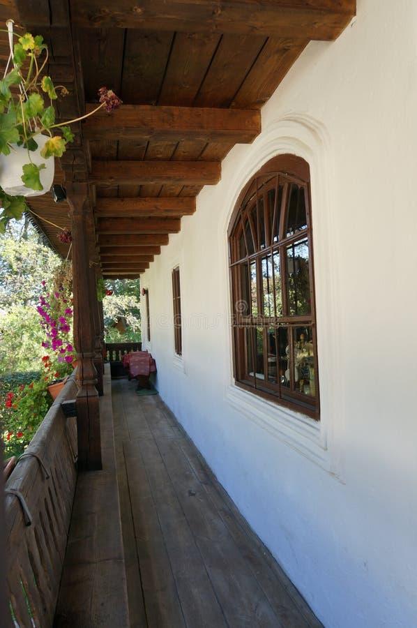 Eingangsterrasse des alten schönen Hauses lizenzfreie stockbilder