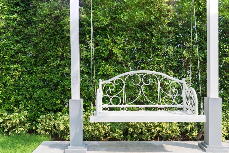 Eingangsterrasse mit einem weißen Portalschwingen am Garten im Haus stockfotografie