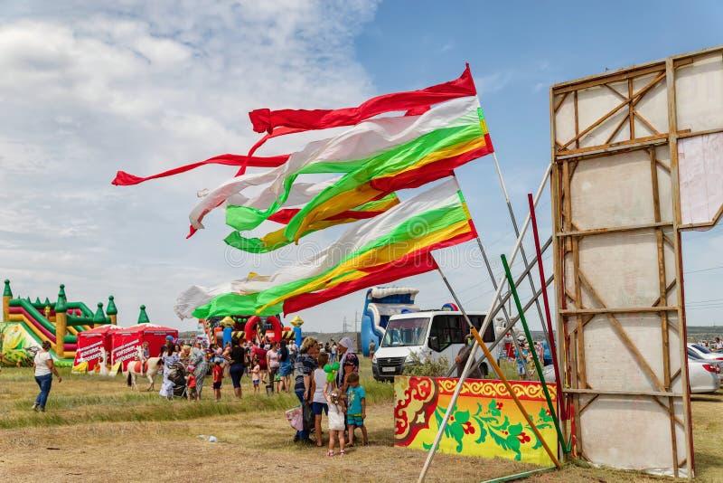 Eingangstor für Sabantuy-Feiertag verziert mit Bändern und Flaggen stockfotos