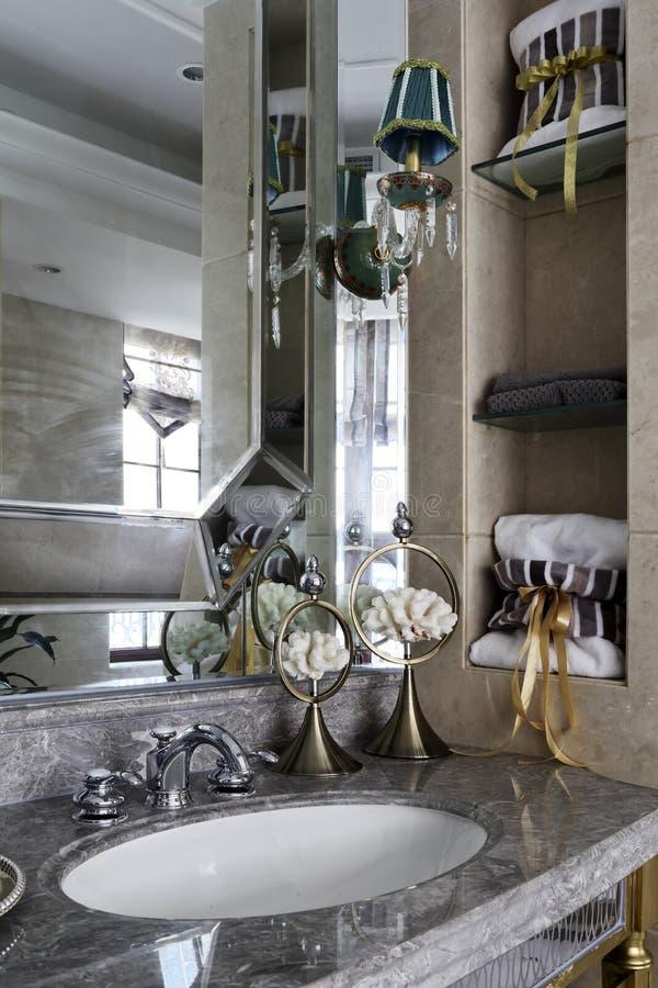 Eingebettet im Wannen- und Spiegelrahmen in der inländischen Toilette stockfotos