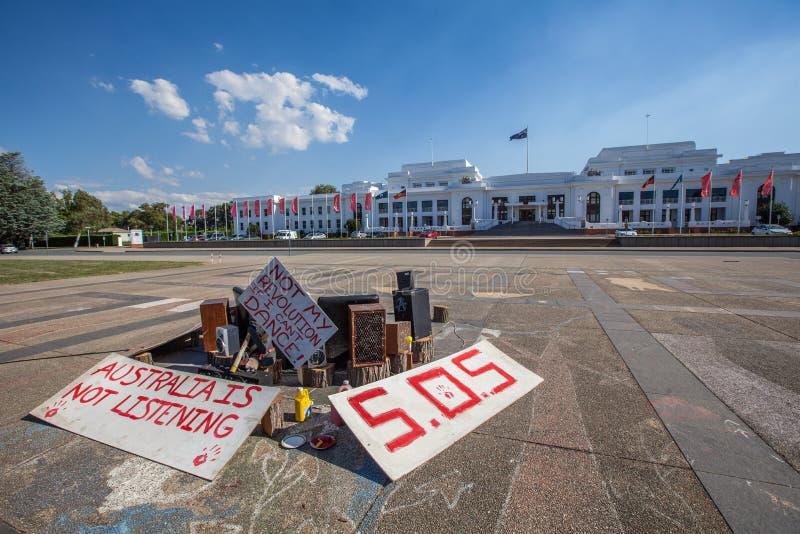 Eingeborene Protestkunstinstallation vor altem Parlamentsgebäude in Canberra, Australien stockfotos