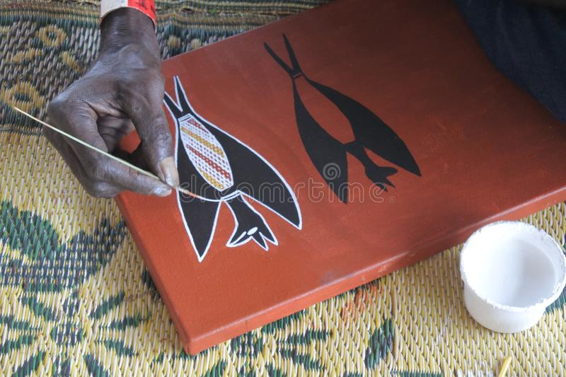 Eingeborener Künstler, der eine Punktmalerei schafft lizenzfreies stockbild