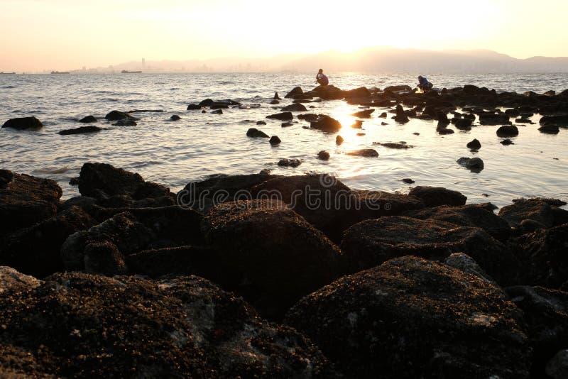 Eingefleischte Fischenenthusiasten an der Dämmerung lizenzfreie stockfotografie