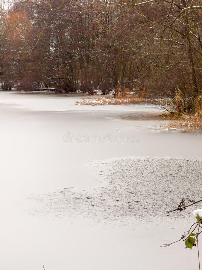 eingefroren über Wintersee-Wasseroberfläche außerhalb des Landes Dezember n lizenzfreie stockfotografie