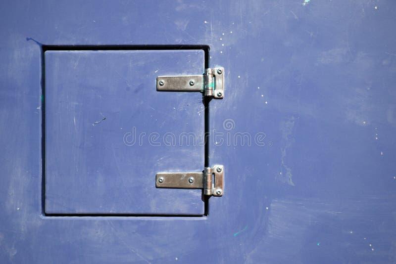 Eingehängte Metalltür lizenzfreies stockbild