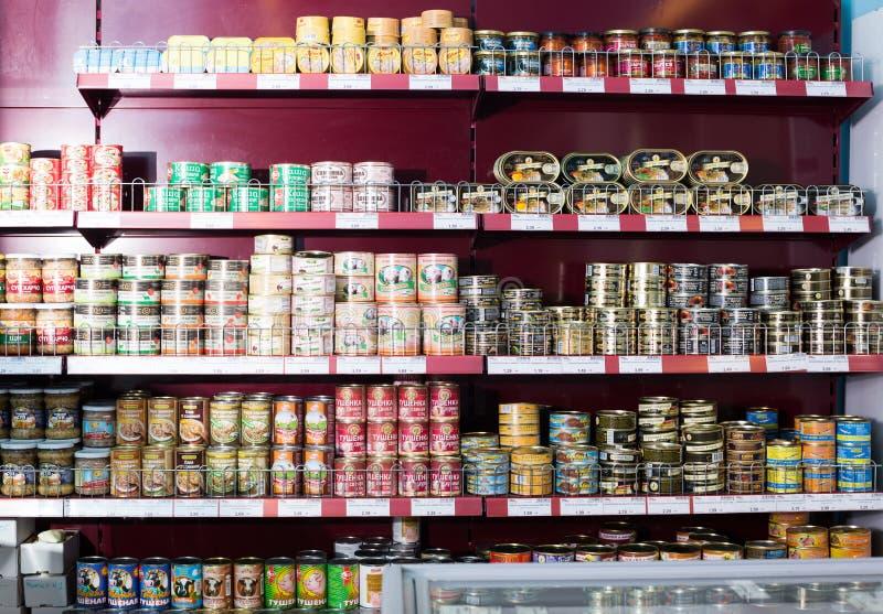 Eingemachte und konservierte Produkte im russischen Lebensmittelgeschäft lizenzfreie stockfotos