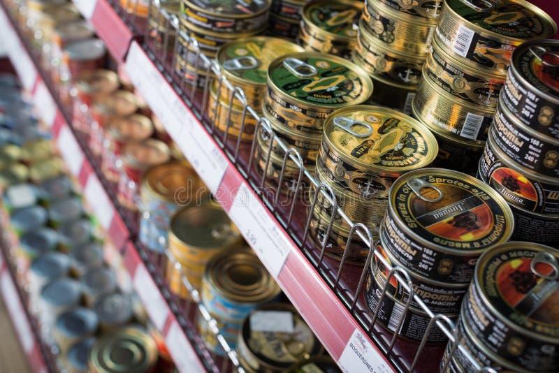 Eingemachte und konservierte Produkte im russischen Lebensmittelgeschäft lizenzfreie stockfotografie