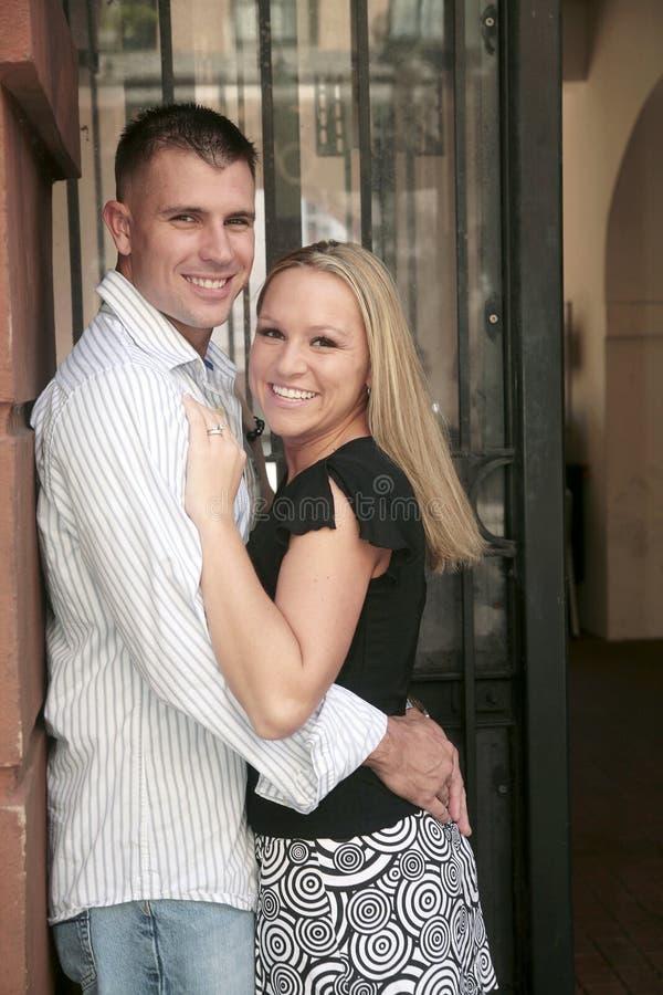 Eingerückte glückliche Paare, die jedes anhalten stockbilder