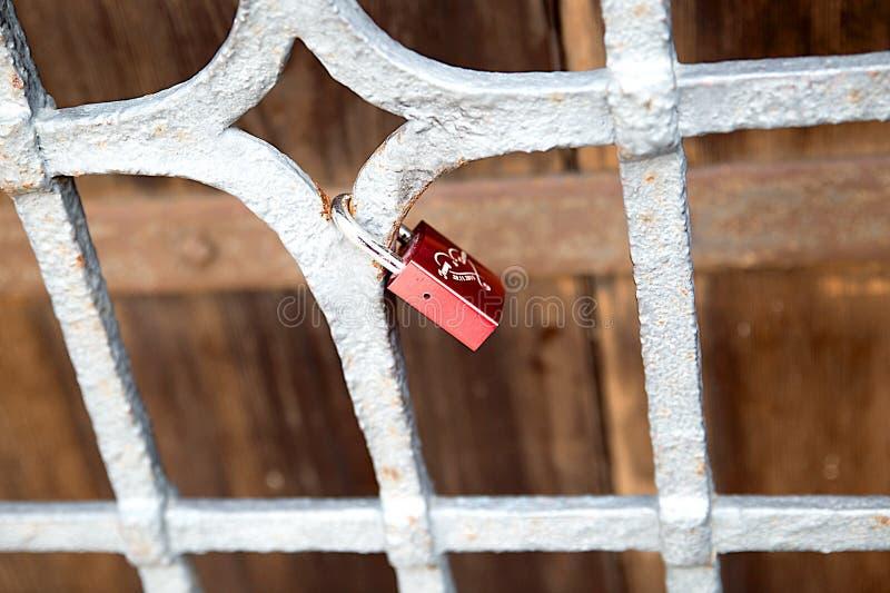 Eingeschriebenes Schloss von Liebesjungvermählten auf dem Gitter, Symbol, Tradition lizenzfreie stockfotos