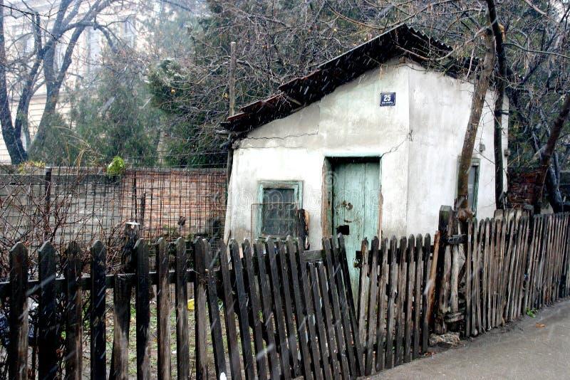Eingesperrtes altes Haus stockfotografie