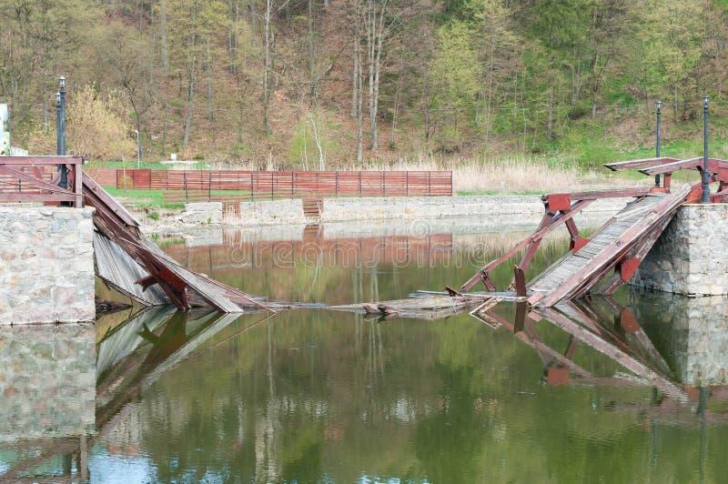 Eingestürzte Brücke auf Rückhaltebecken am Frühjahr stockfoto