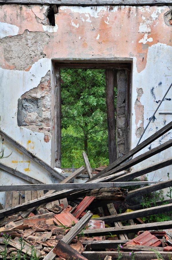 Eingestürztes Dach verlassenes Haus stockbilder