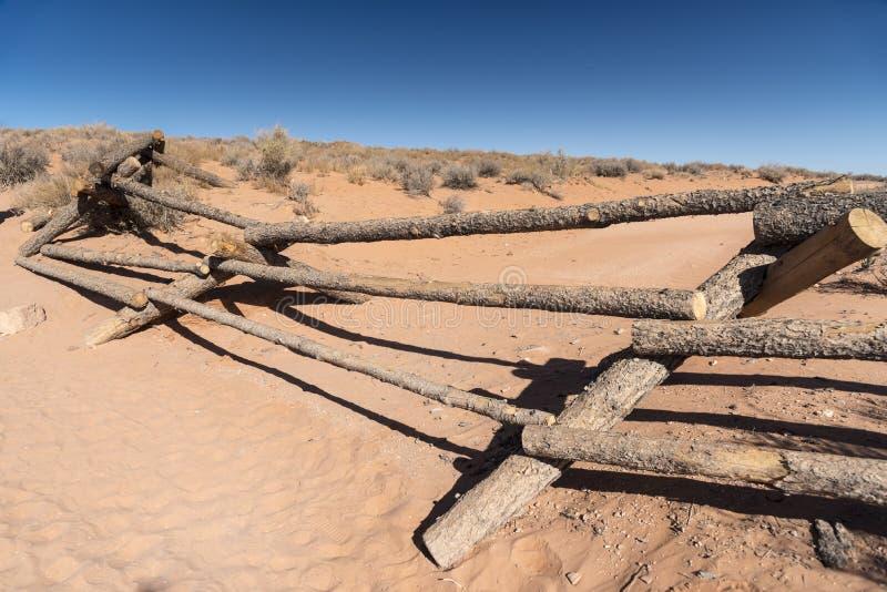 Eingestürztes Fechten auf der Annäherung an Kehre-Seite Arizona stockbilder