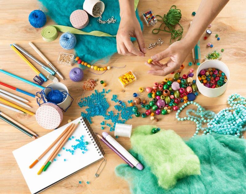 Eingestellt für Näharbeit mit Faden und Perlen auf einem hölzernen Hintergrund lizenzfreies stockfoto