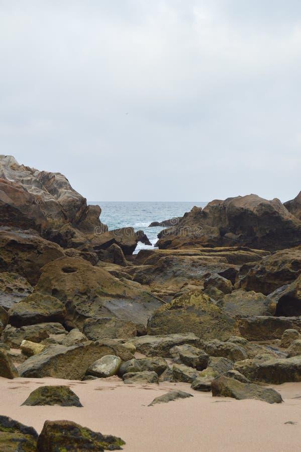 Eingestellt von den Felsen auf dem Strand bei Atlanterra in Zahara Natur, Architektur, Geschichte, Straßen-Fotografie 12. Juli 20 lizenzfreie stockfotografie