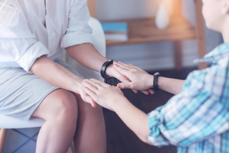 Eingestuft herauf Blick auf therapeutischer Sitzung zwischen Therapeuten und Kind lizenzfreies stockbild