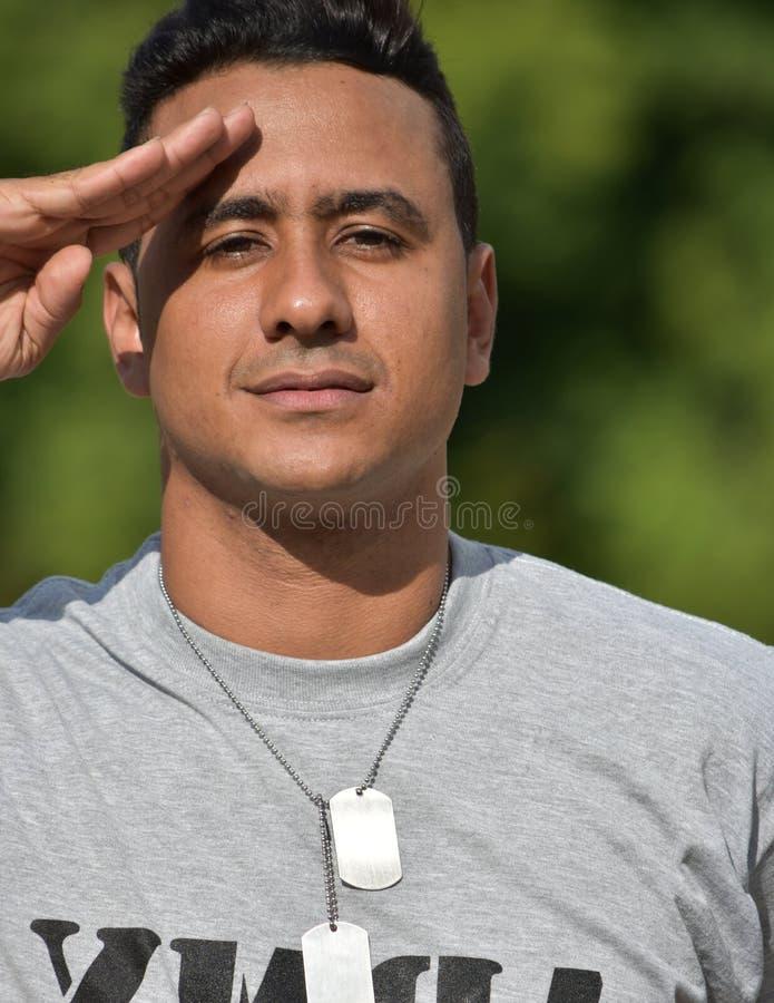 Eingetragener männlicher Soldat Saluting stockfoto
