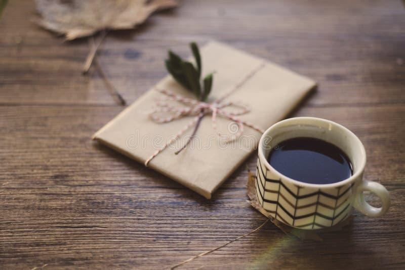Eingewickelte Bücher auf einer Tabelle und einem Kaffee lizenzfreie stockfotografie
