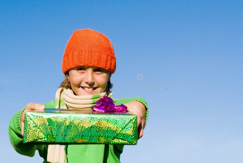 Eingewickelte Geschenke des Kindes Holding lizenzfreie stockfotos