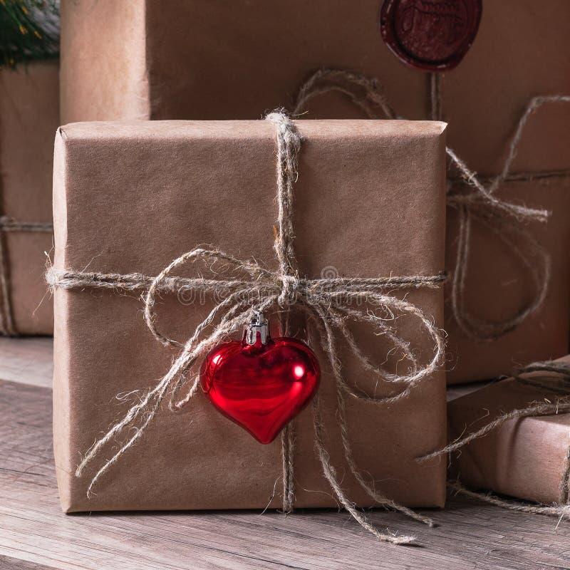 Eingewickelte Geschenke, die unter dem Weihnachtsbaum liegen lizenzfreies stockfoto