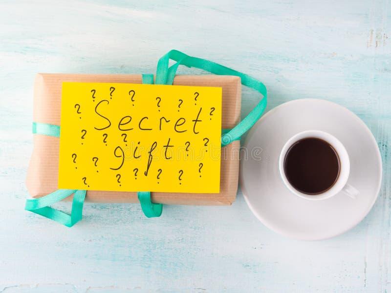 Eingewickelter Überraschungsgeburtstagsferiengeschenkkasten und -kaffee stockbilder