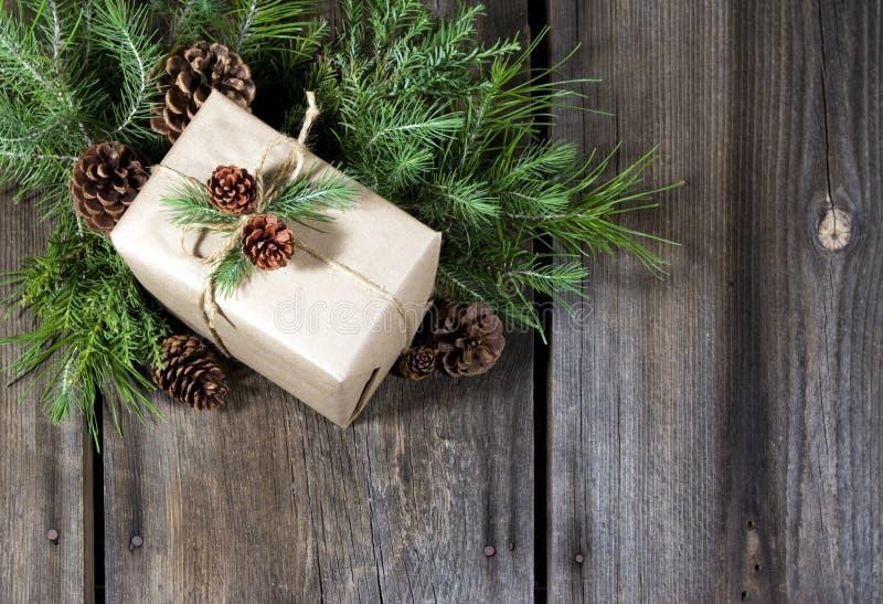 Eingewickelter Geschenk-rustikaler Hintergrund lizenzfreies stockbild