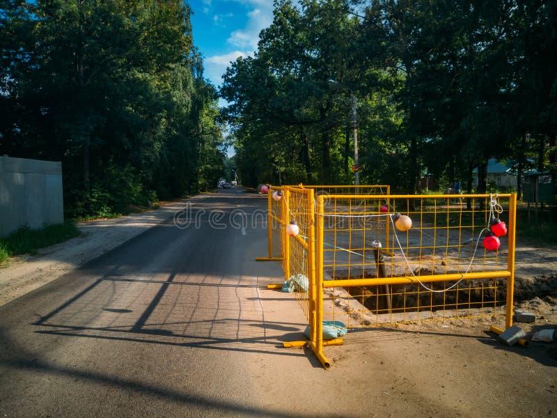Eingezäunter StraßenReparatur-Bereich Aushöhlung für die Reparatur des Abwasserkanals stockfoto