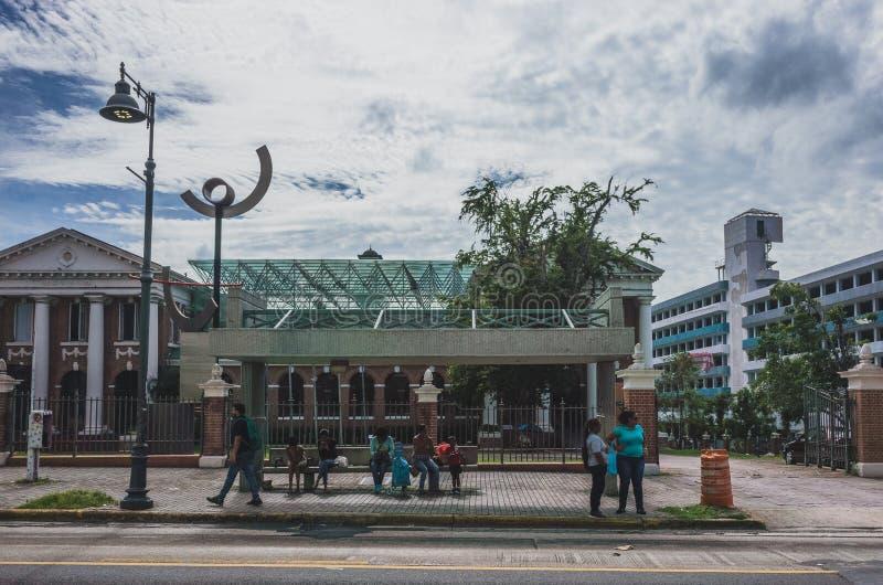 Einheimische, die auf Busse an einer Bushaltestelle in San Juan warten lizenzfreie stockfotos