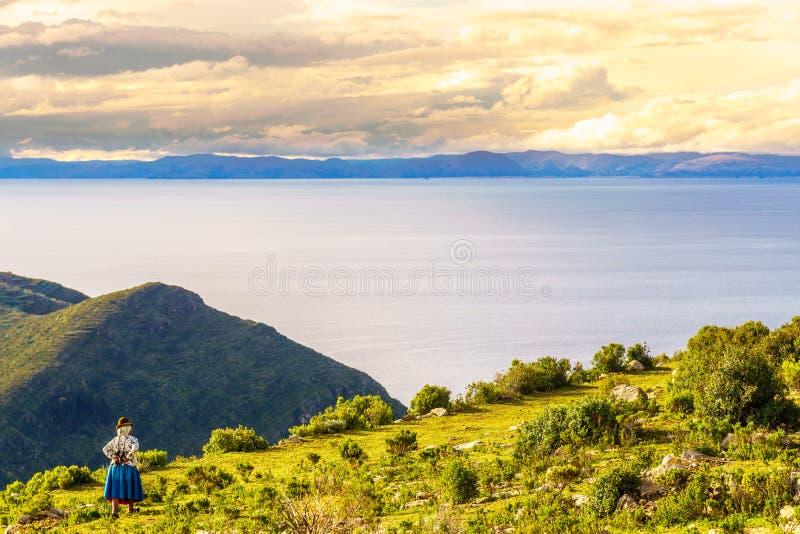 Einheimische Frau auf isla de Sol durch Titicaca-See in Bolivien stockbild