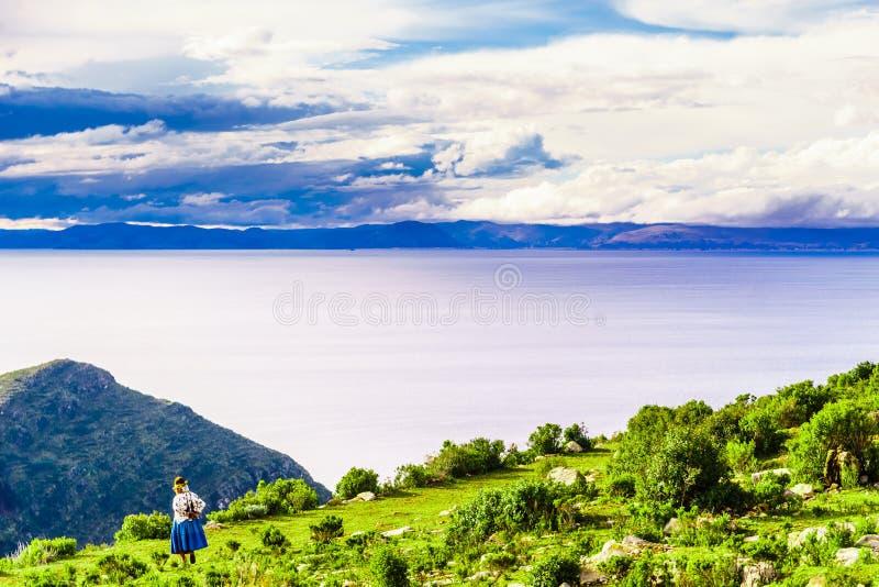 Einheimische Frau auf Isla Del sol durch Titicaca-See - Bolivien stockbilder
