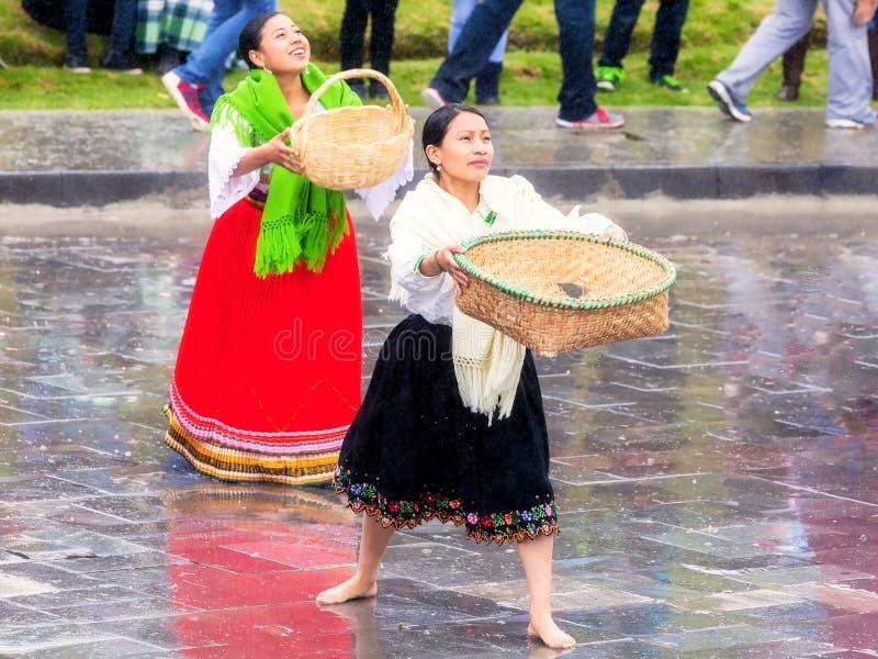Einheimische Frauen, die Inti Raymi feiern stockfotos