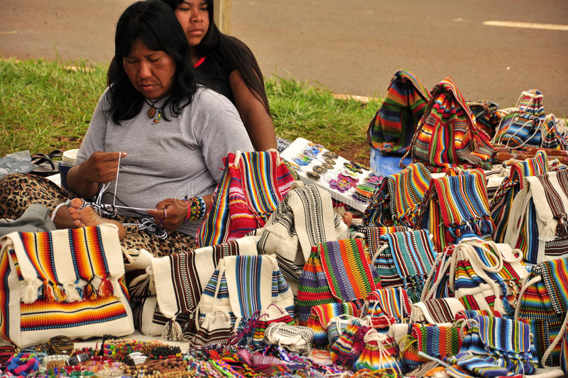 Einheimische Frauen, die traditionelle handgemachte Taschen Südamerikas verkaufen stockfotografie