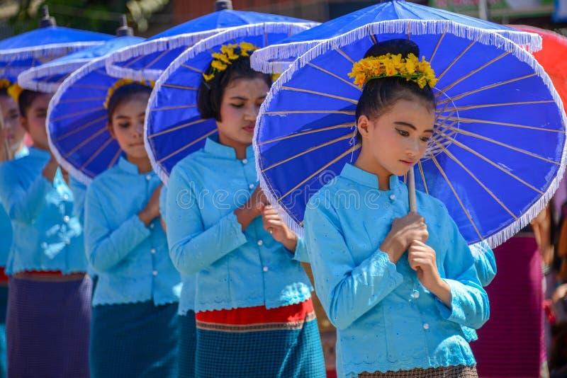Einheimische kleine Mädchen mit dem traditionellen Kostüm, das umbrell hält stockfotografie