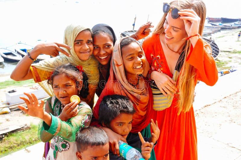 Einheimische umfassen einen Touristen in Varanasi, Indien lizenzfreie stockfotografie