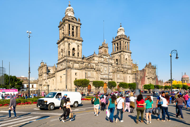 Einheimische und Touristen nahe bei der Mexiko- Citygroßstadtbewohner-Kathedrale lizenzfreies stockfoto