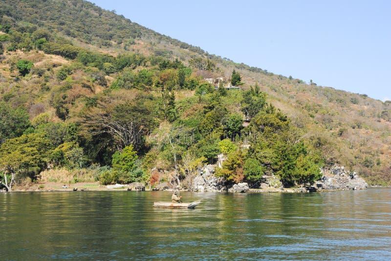 Einheimisches Mayafischen auf seinem Kanu bei San Pedro auf See Atitl lizenzfreie stockfotos
