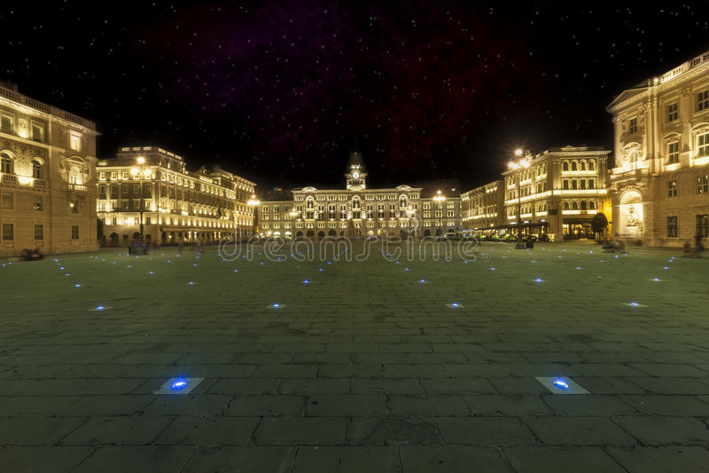 Einheit von Italien-Quadrat Triest, Italien Nachtszene mit Sternhimmel stockfoto