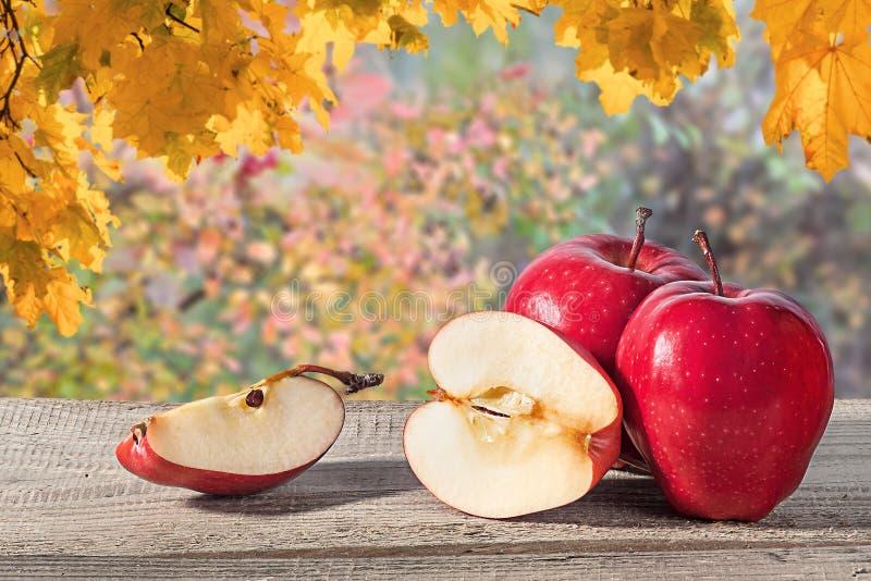 Einige Äpfel auf einem Holztisch lizenzfreie stockfotografie