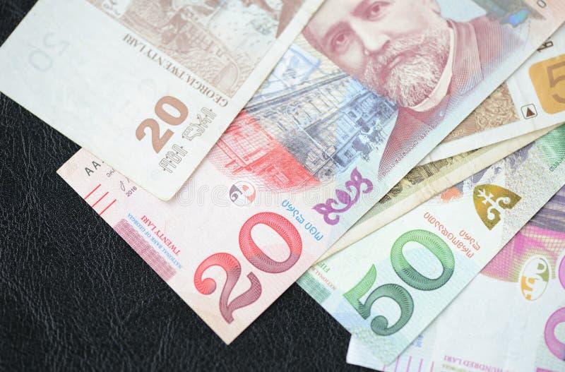 Einige Banknoten des georgischen lari auf einem dunklen Hintergrund lizenzfreie stockfotos