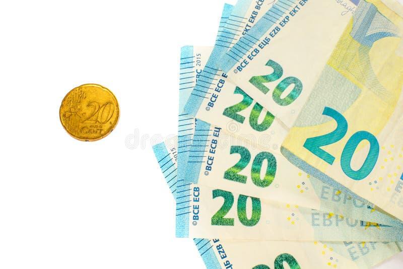 Einige Banknoten von 20 Euros und eine Münze von 20 Cents Das Konzept des gegenüberliegenden großen und kleinen Einkommens, das S stockfotos