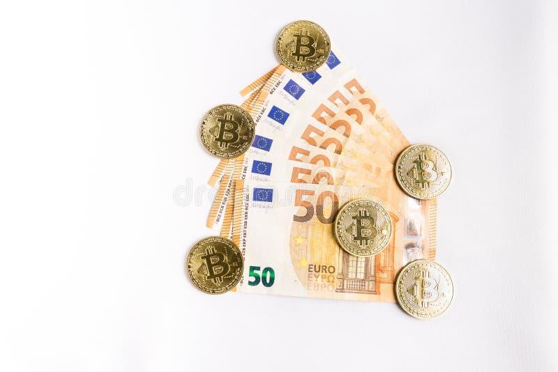 Einige bitcoin Goldm?nzen nahe bei einigen Eurorechnungen stockfotografie