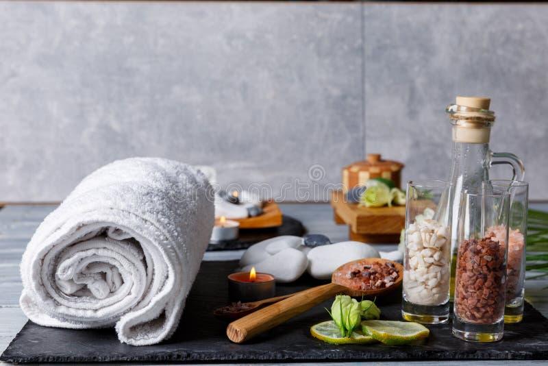 Einige Bretter mit Einzelteilen für Badekurort- oder Aromabehandlungen auf einem grauen Hintergrund lizenzfreie stockfotografie