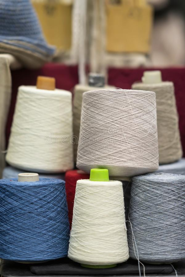 Einige bunte Mehrfarbenfaden im Spulenmaßband Gewebe verlegt Industrie, Bekleidungsindustrie stockbild