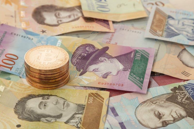 Einige cryptocurrencies, bitcoin, ethereum, litecoin, Kräuselung, begleitet vom Geld von Venezuela lizenzfreie stockfotografie