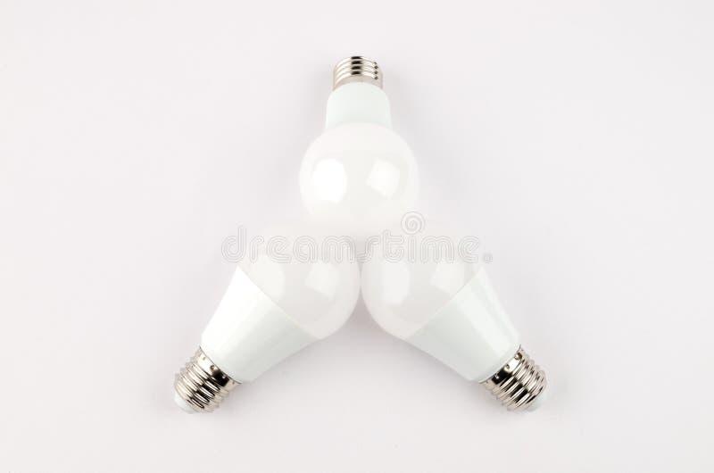 Einige energiesparende Glühlampen LED über dem alten weißglühenden, Gebrauch von wirtschaftlichem und umweltfreundlichem Licht stockfotos