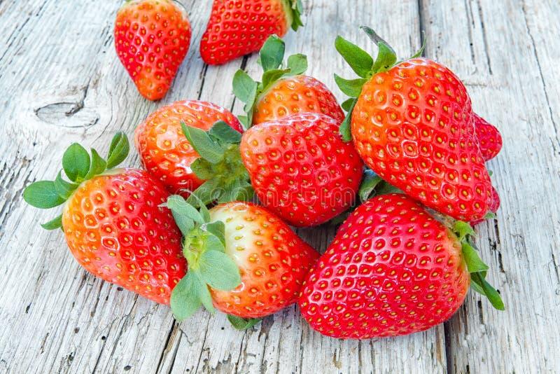 Einige Erdbeeren auf einem Holz stockfoto