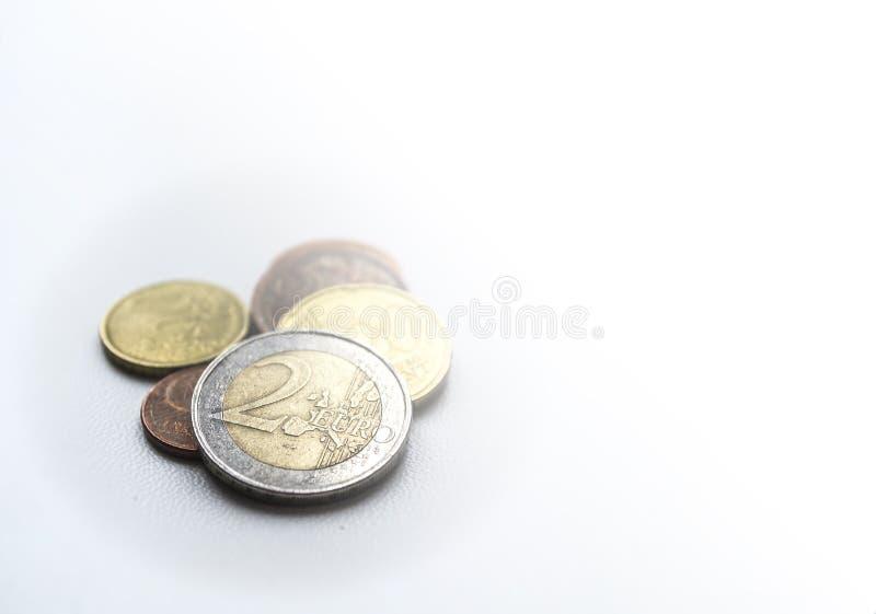 Einige Euromünzen auf Licht unscharfem Hintergrund Euro zwei Closeu stockfotografie