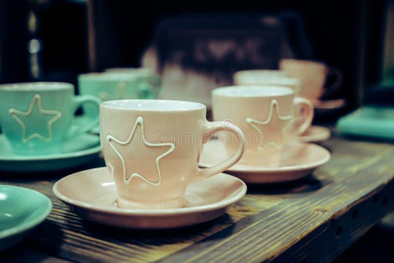 Einige farbige Kaffeetassen lizenzfreie stockfotos