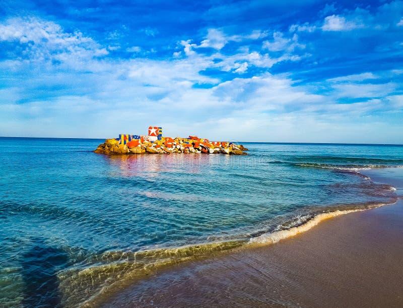 Einige Felsen auf dem Wasser, Seestrand, schönes Wetter, recht kühle harmonische Himmelblaufarbe lizenzfreie stockbilder