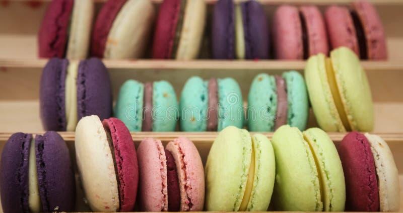 Einige französische bunte macarons Hintergrund, Abschluss oben lizenzfreie stockfotografie